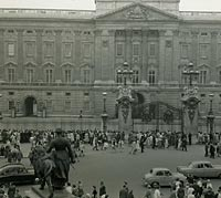 Parade of cars in front of the Palace in London