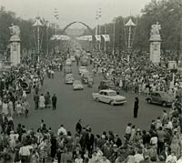 Classic cars of the 1950s drive down The Mall