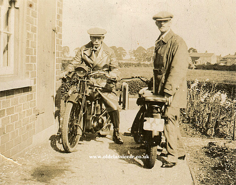 VINTAGE MOTOR CYCLE SCENE RIDER ON PRE WAR INDIA MOTOR CYCLE c 1920/'s